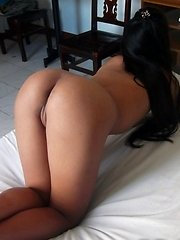 Filipina with perfect brown ass strips nude for tourist\'s cam